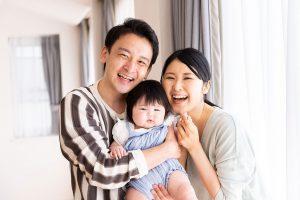 マイホームで幸せにほほ笑む家族